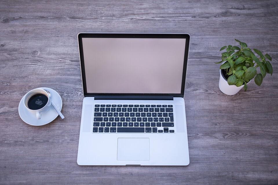 laptop layar putih