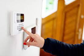 Anda dapat menggunakan sistem keamanan rumah Anda untuk mencegah remaja menyelinap keluar, tetapi haruskah Anda?